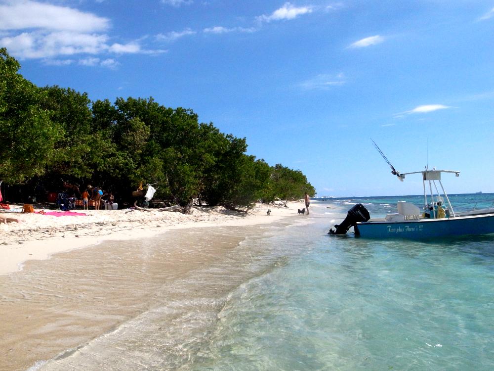 エメラルドブルーの海、白い砂浜の無人島ライムキー