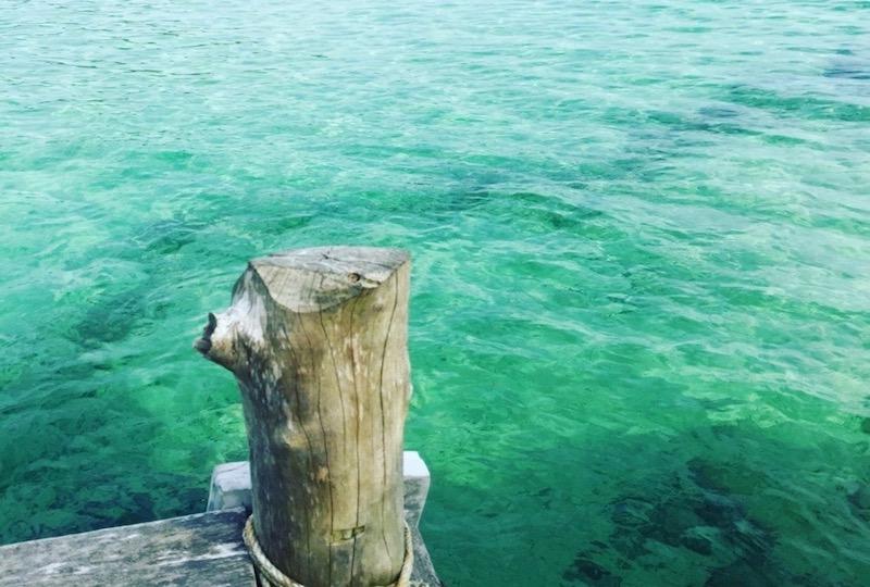 太陽の光でより透明度と輝きを増すエメラルドグリーンの海