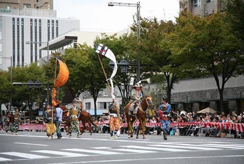 沿道や観客席が多くの人で賑わう、京都三大祭のひとつ「時代祭」