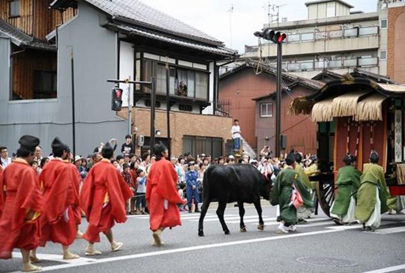 時代祭りの行列は、山国隊の奏する笛や太鼓の音色を先頭に、約2,000名の行列になります