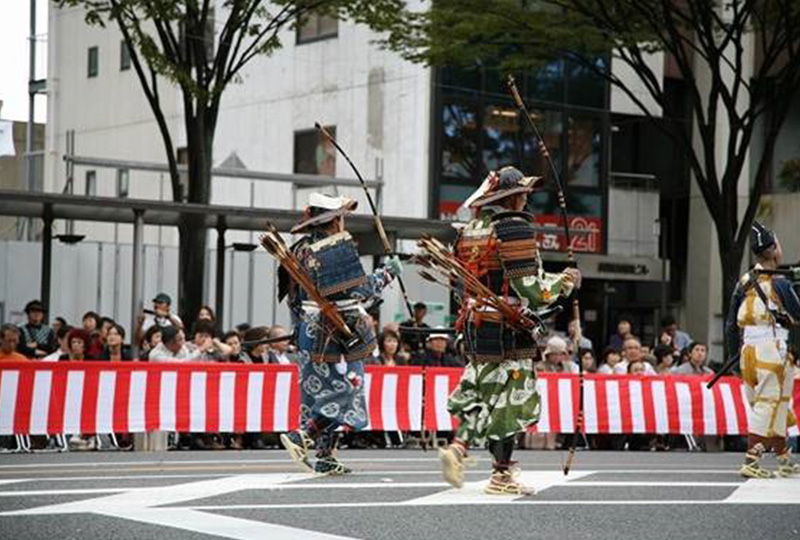 華やかな衣装や調度品は、京都の伝統工芸関係や染織関係の人達が再現しています