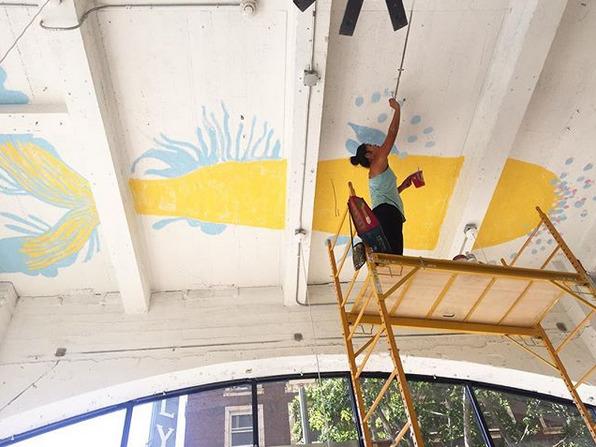 オーナー自らが描いた天井の大きな魚の絵