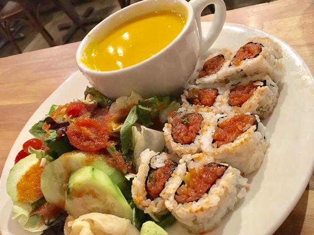 寿司ロール、サラダ、スープがセットになったロールプレート