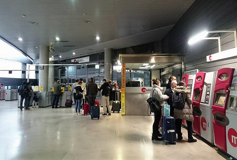 空港は地下鉄の駅と直結