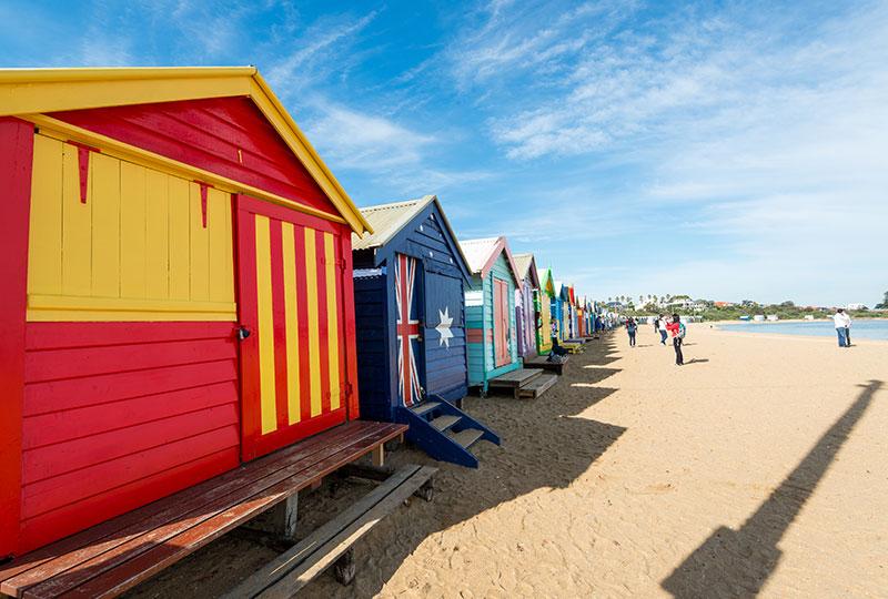 美しいビーチと砂浜に並ぶユニークでカラフルなビーチ小屋が印象的 - ブライトンビーチ