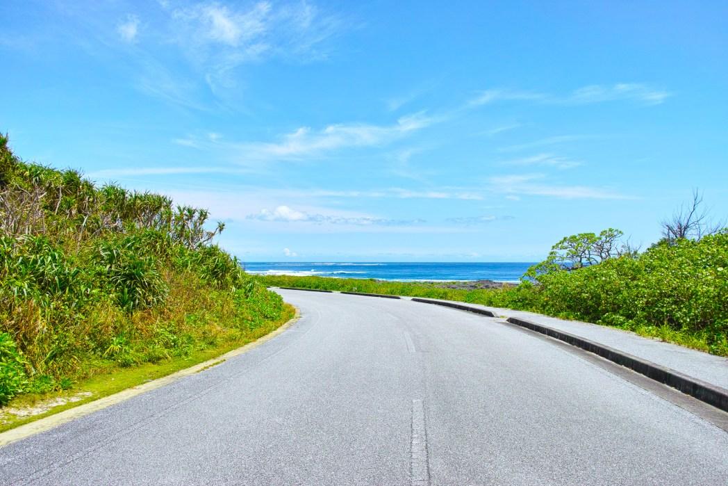 ゆるやかな坂とカーブで、視界は青い海や空だけ