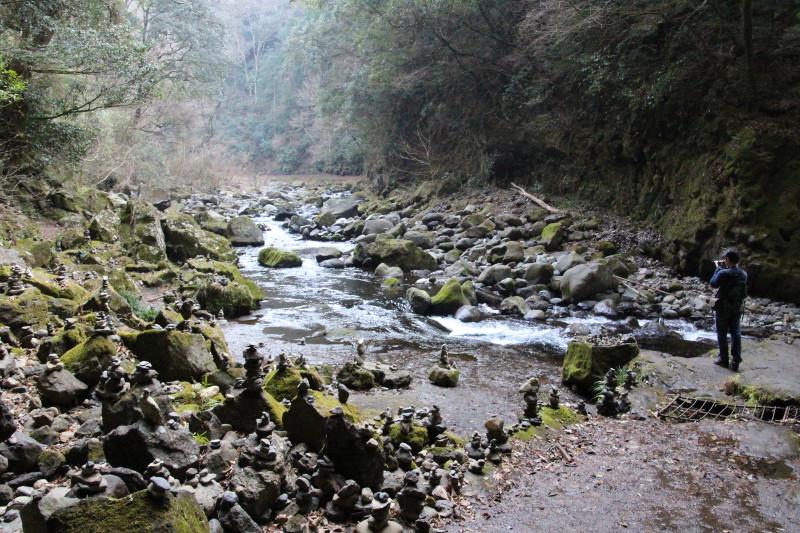 川のせせらぎを聞きながら散策できる天安河原(あまのやすがわら)