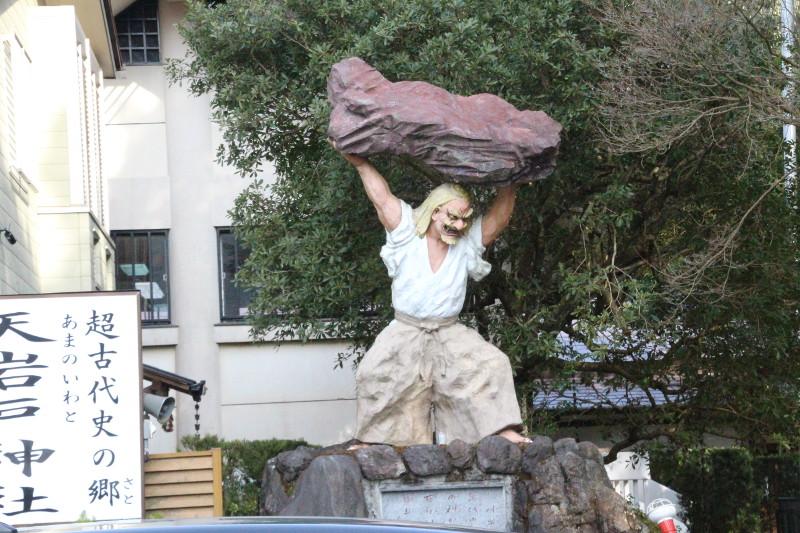 天岩戸の戸を投げ飛ばす手力男命(たぢからおのみこと)の神像