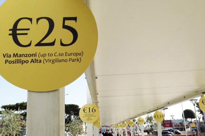 一律料金が明確に表示された、空港のタクシー乗り場