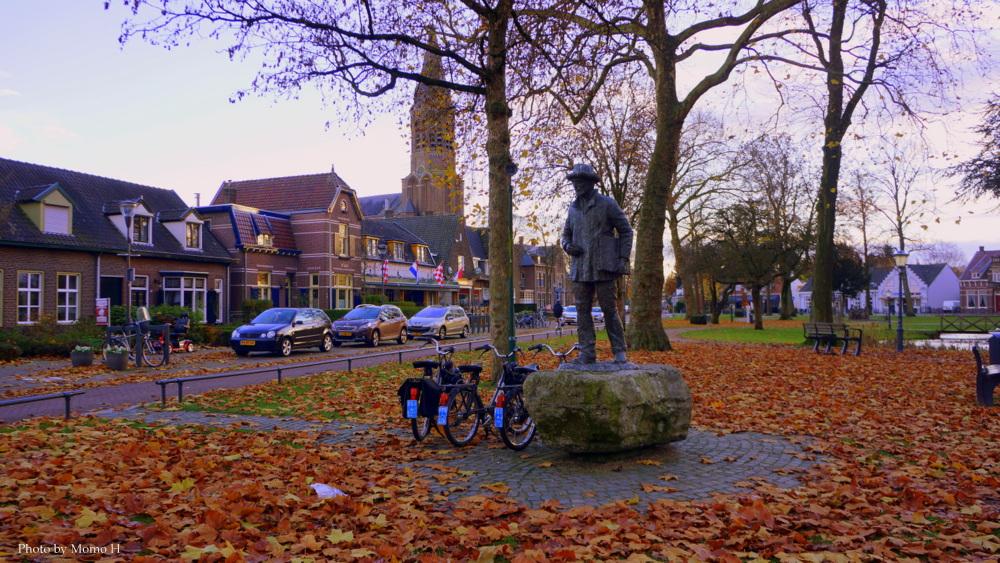 教会横の公園に佇むゴッホの像