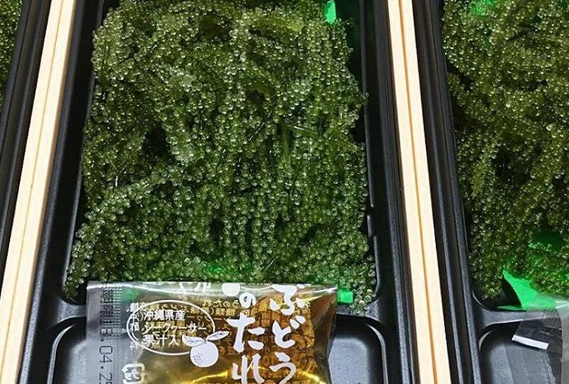 沖縄県産シークヮーサーの果汁が入ったタレが付いてきます