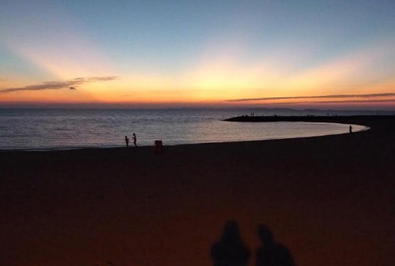 豊崎美らSUNビーチの水平線に沈む夕日は県内有数の美しさ