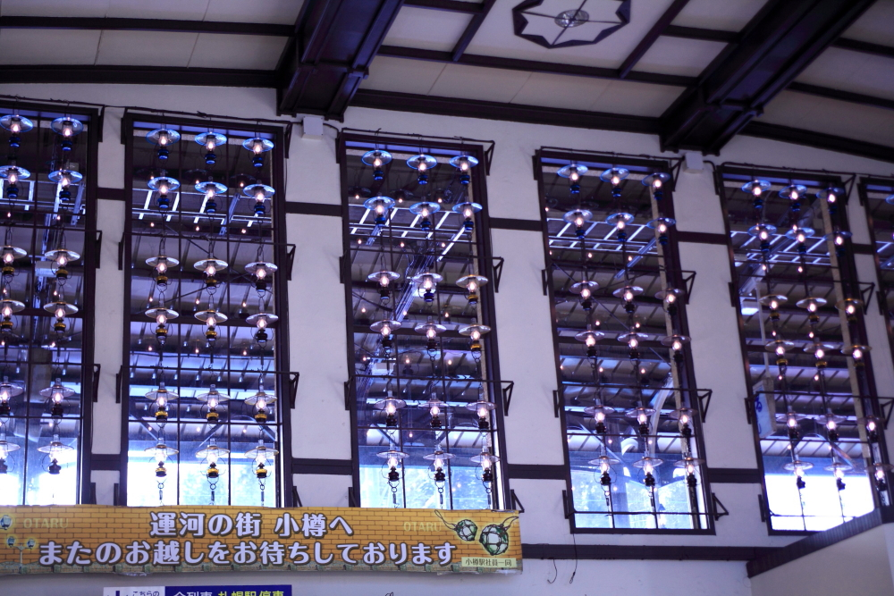 ホールの壁や窓を灯す昔懐かしいランプ