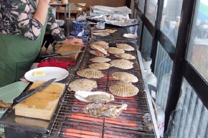 炭焼きで焼く新鮮な魚介類が人気