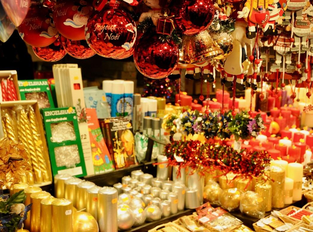 屋台に並ぶクリスマス用の装飾品