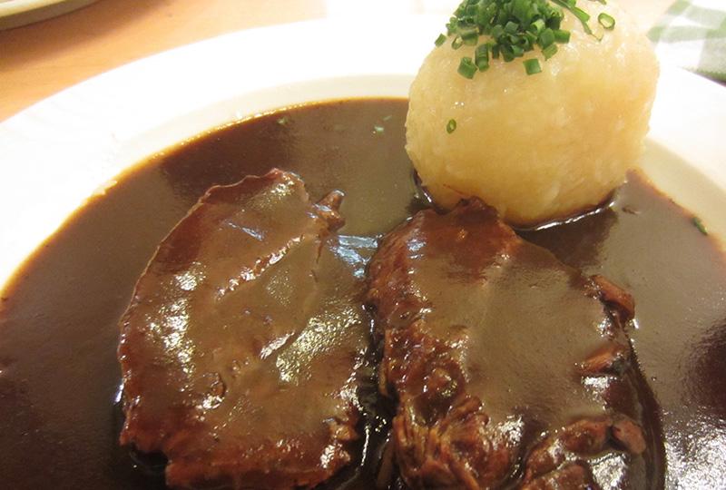 「ブラウアライ・クナイティンガー」おすすめのビールで煮込んだ肉料理
