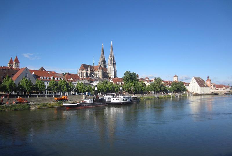 ドナウ川越しに見たレーゲンスブルクの風景