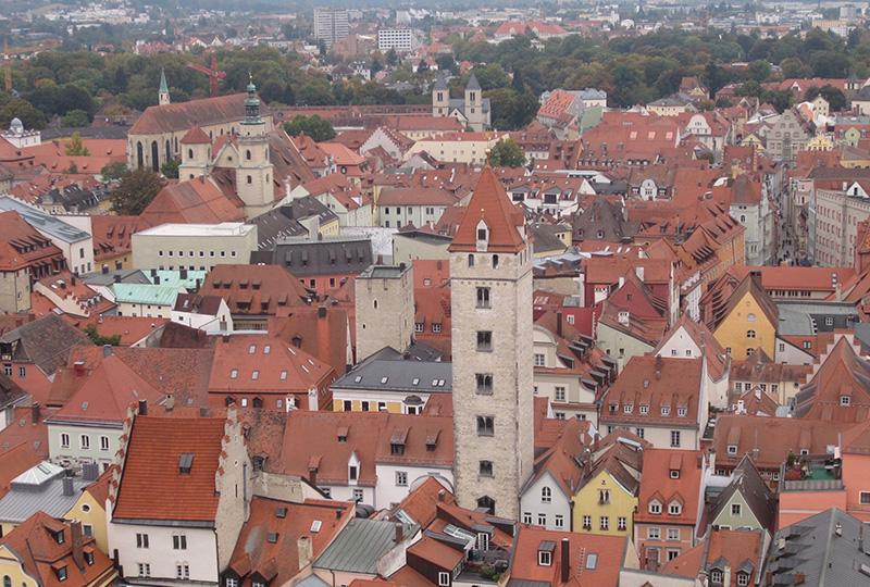 当時の文化が色濃く残り、そこら中に塔が建つ旧市街