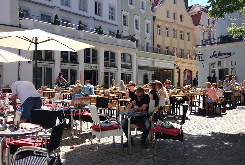 カフェやクナイペ(大衆居酒屋)がたくさんあり、活気がある街