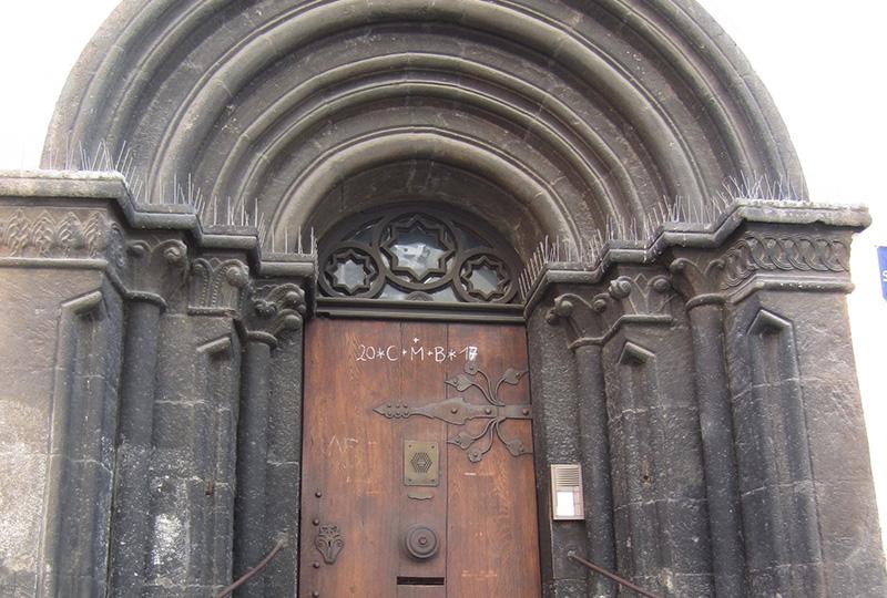 ロマネスク様式の入り口も、街の景観に溶け込んでいる