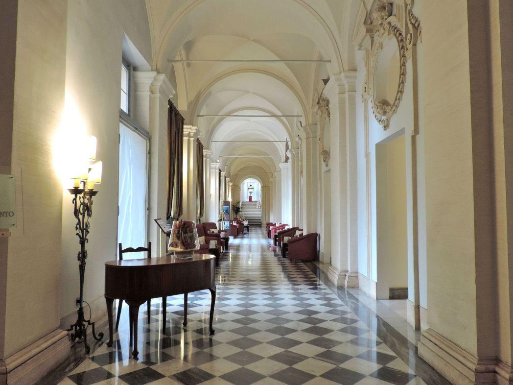 中世の修道院の建物を利用した魅力的な内装は必見です