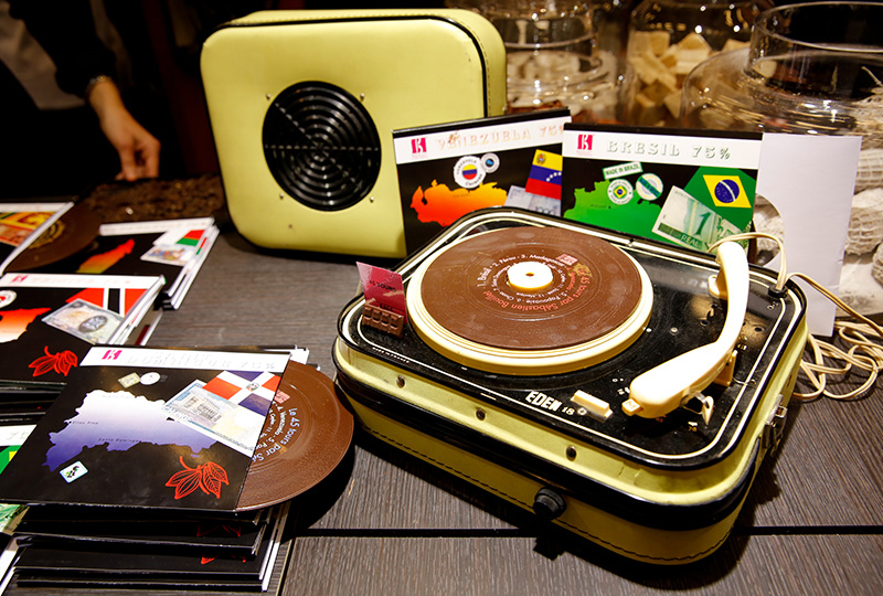 今にも音楽が流れてきそうな、レコードの形をしたユニークなチョコレート