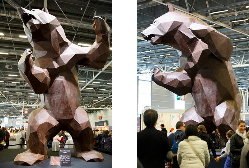 自社商品のアピールで巨大な熊のチョコレートも登場