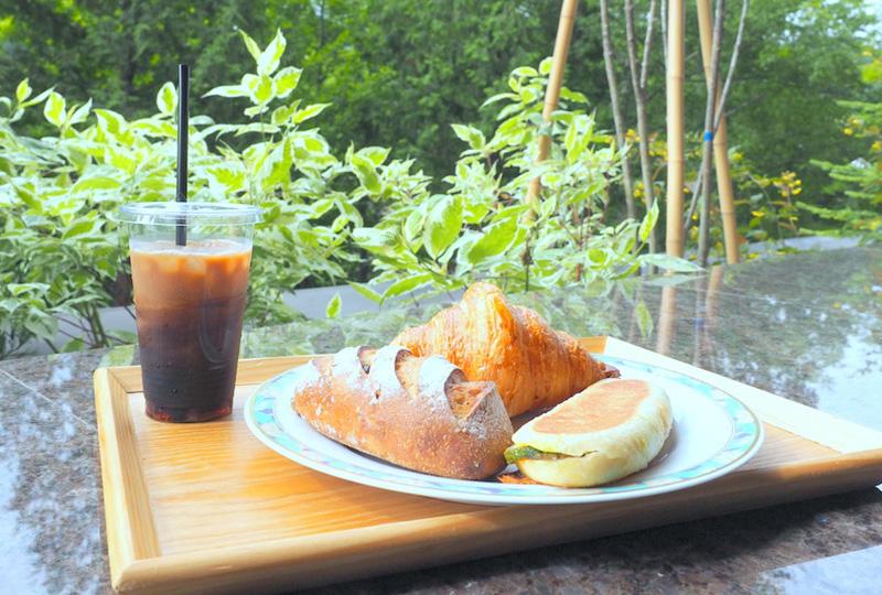 定山渓温泉を眺めながらこだわりの焼きたてパンが楽しめるベーカリーカフェ