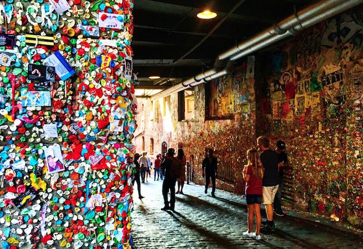 ある意味芸術の域にまで昇華された名物スポット「ガムの壁」