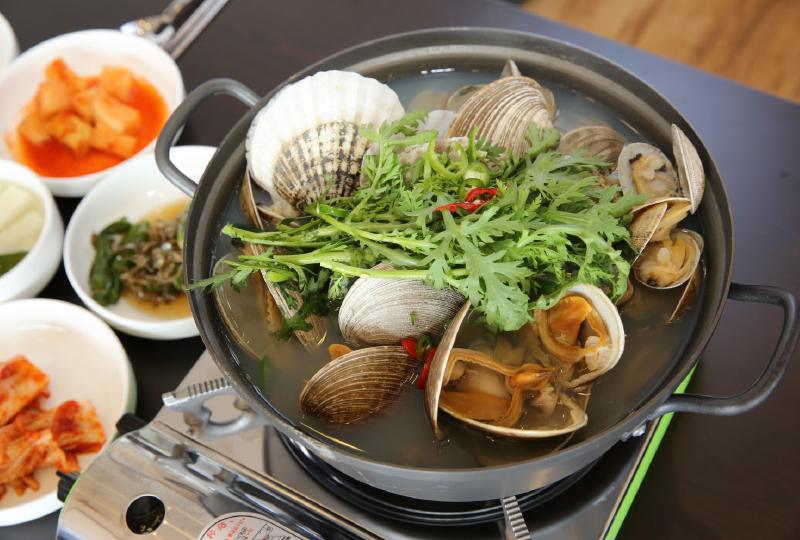 新鮮な貝類が豊富に入ったチョゲタン(貝鍋)