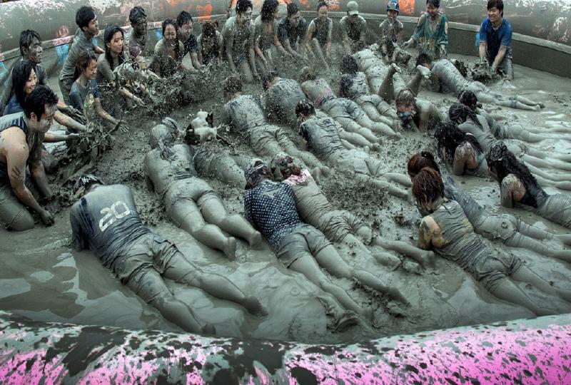 泥がいっぱい入った大型マッドマッサージ風呂