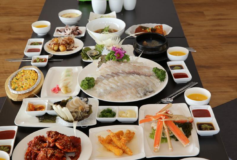 活魚のお刺身や新鮮な海鮮料理などが味わえる