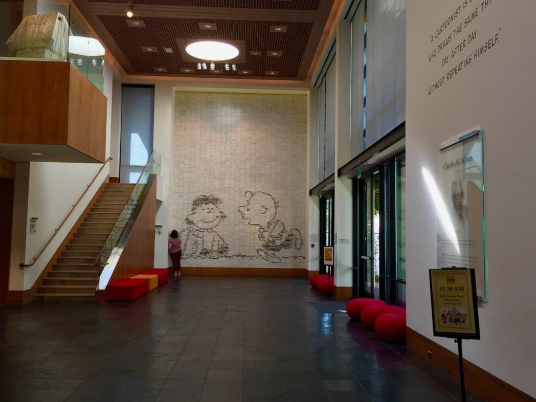 3,588枚のタイルにピーナッツの4コマ漫画で描かれている、壁画「ピーナッツ・タイル・ミューラル」