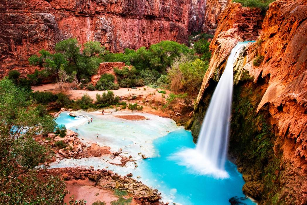 サファイアブルーに輝くハバス滝