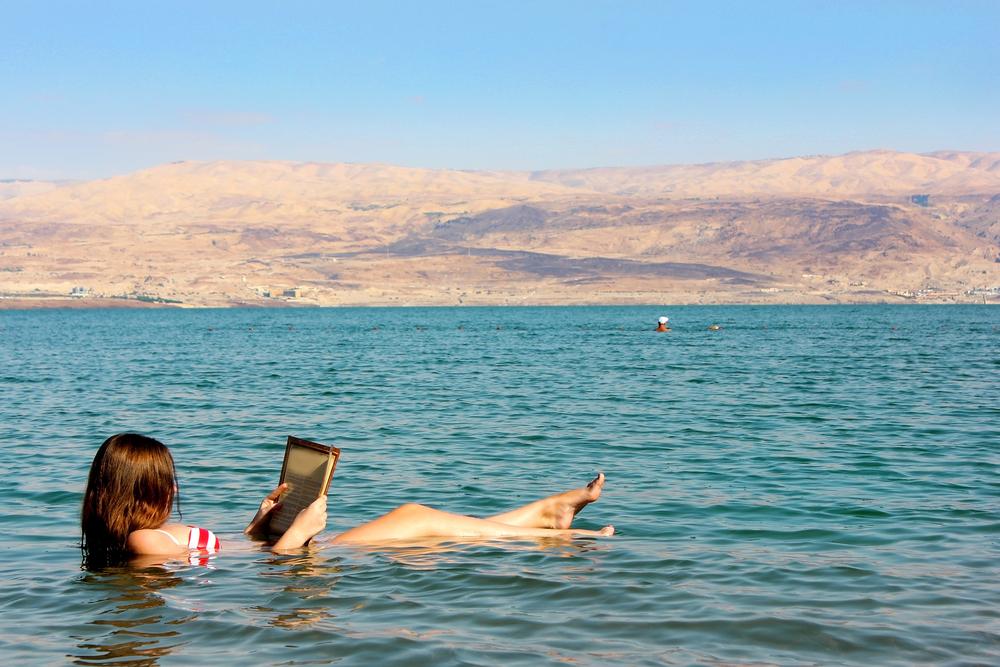 死海で浮かびながら本を読む