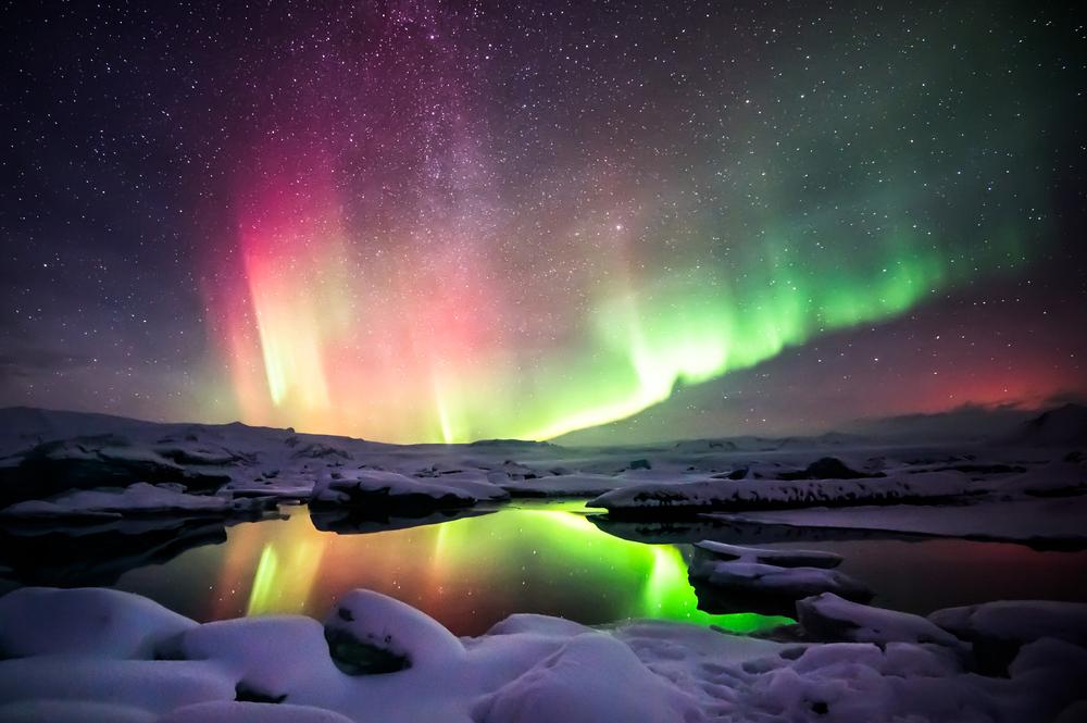 ヨークルスアゥルロゥン氷河湖のオーロラ