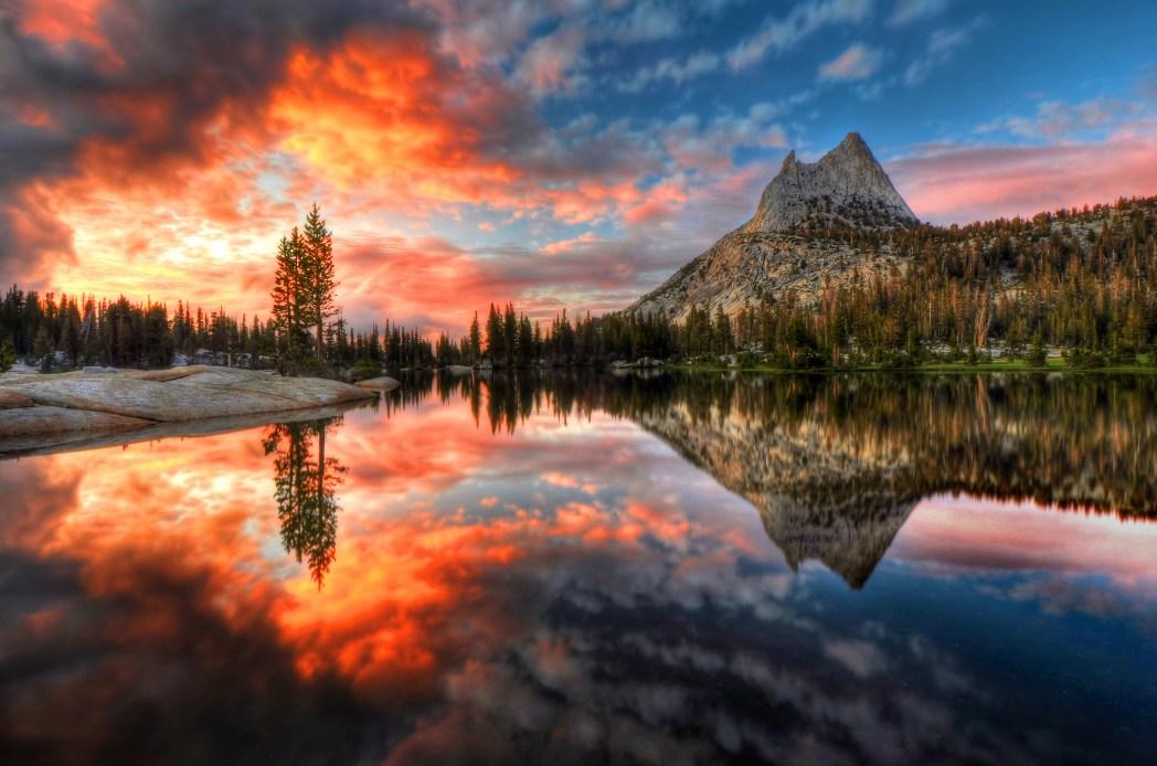 夕日に輝くカセドラル湖