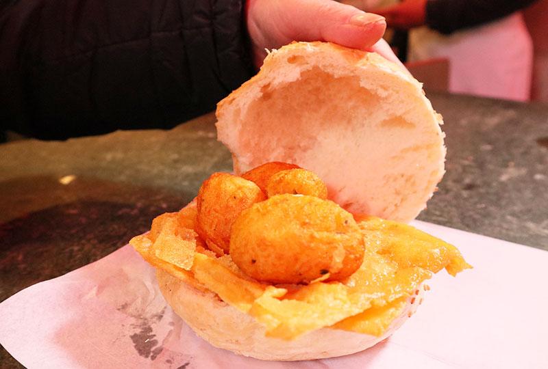 名物の「パネッレ」をパレルモ流にアレンジして、コロッケと一緒にパンに挟んで、イタリア風サンドウィッチ・パニーノにしたもの