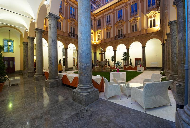 伝統的な修道院を改装した豪華な内装が特徴の「グランド・ホテル・ピアッツァ・ボルサ」