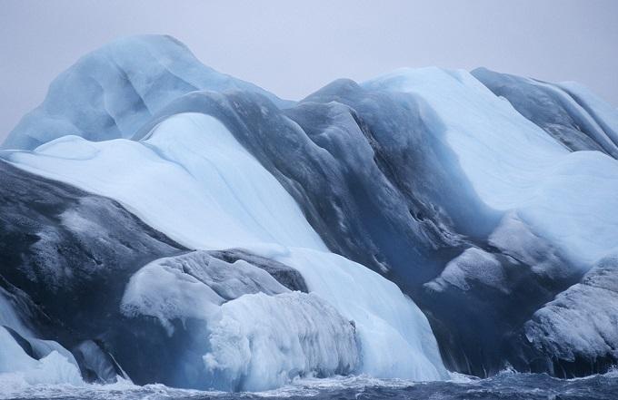 ストライプ柄の氷山/南極大陸