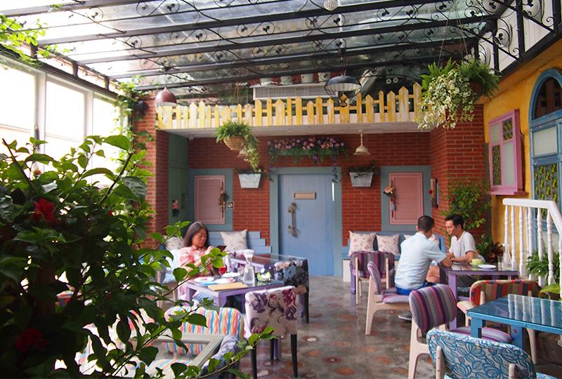 緑に囲まれたカントリー調のカフェスペースも女性に人気があります