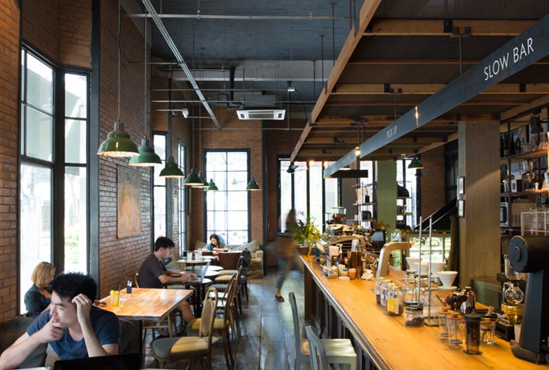 カフェ、レストラン、コワーキングスペースを併設しています