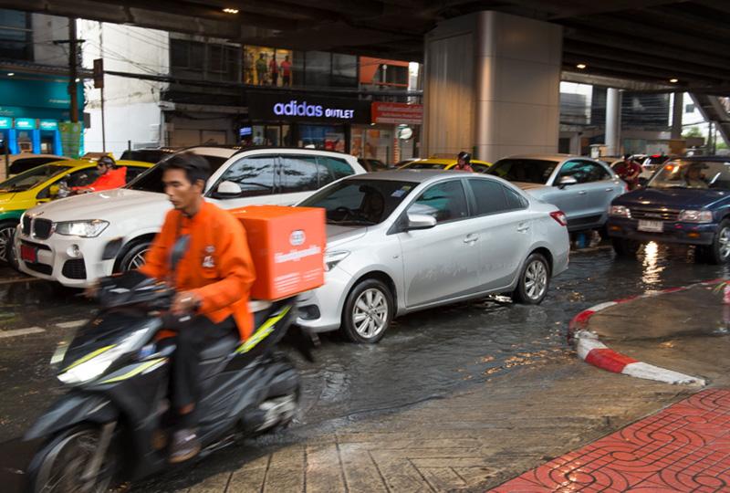 雨季(6〜10月頃)は大雨によるプチ洪水と大渋滞にご注意ください