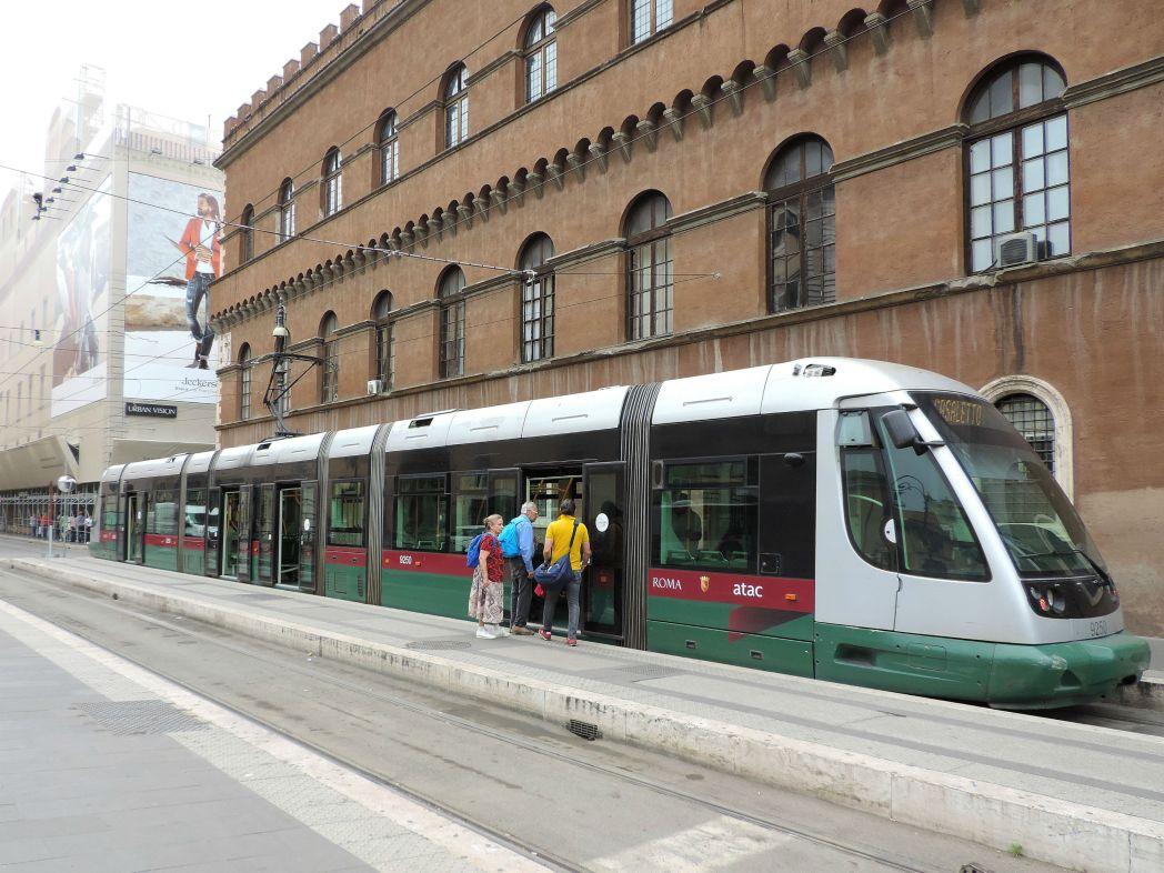 会場があるトラステヴェレ地区へは、トラムかバスが便利です。