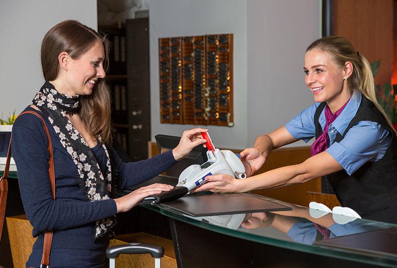 ホテルを予約するときに、クレジットカードもしくは海外用プリペイドカードで、デポジットを支払う必要があります