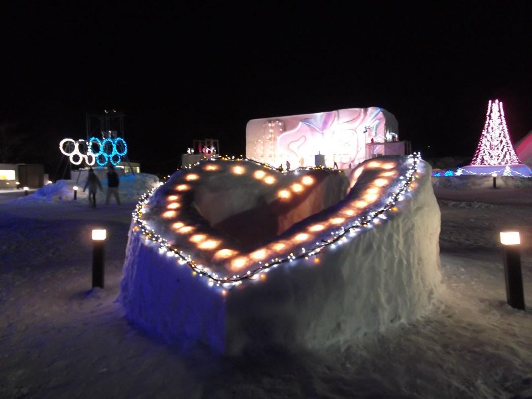 幻想的な雪灯りのライトアップ