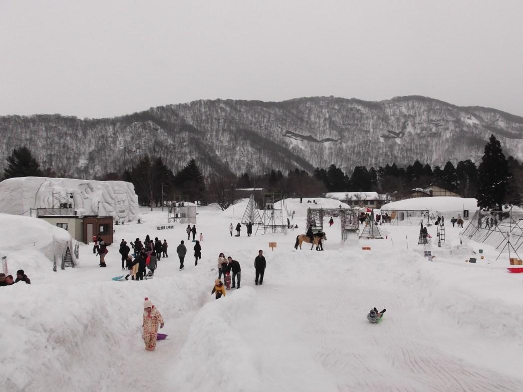 子供も楽しめる雪でできた滑り台