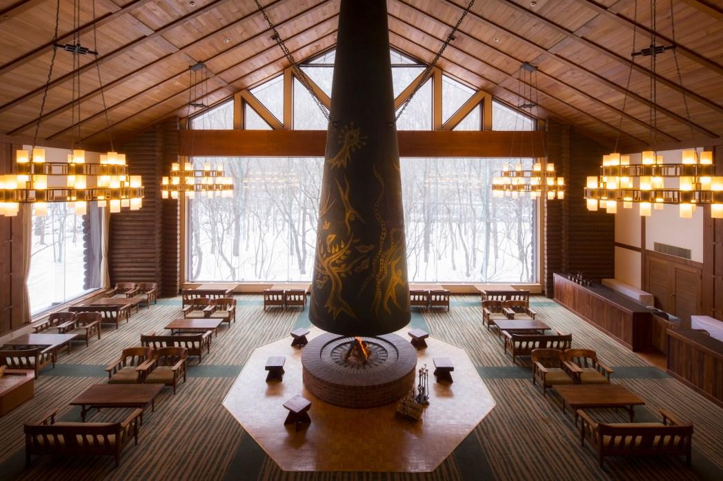 岡本太郎作の巨大暖炉が印象的なラウンジ