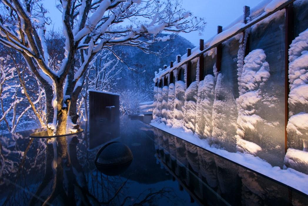 温泉につかりながら氷瀑を眺められる「氷瀑の湯」