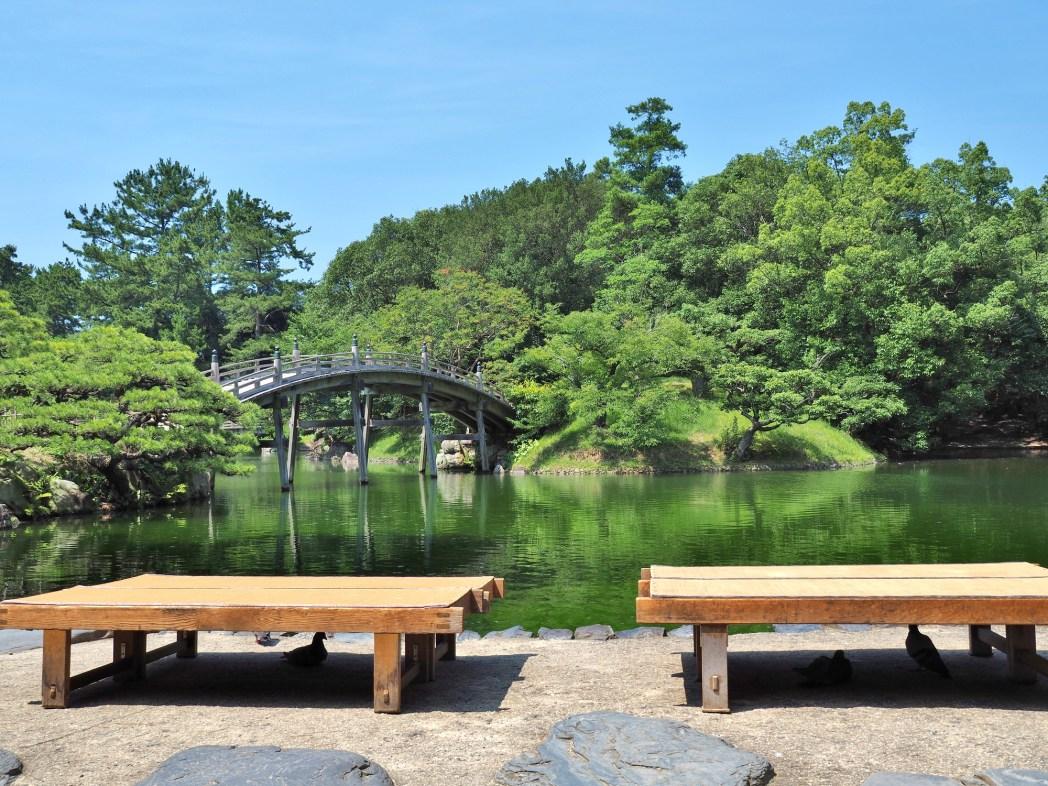 園内には土産店やカフェなども併設されているので、散策後の休憩にも便利